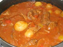Goulash aux oignons et à la tomate